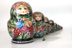 Familj av ryss bygga bo dockor Arkivfoton