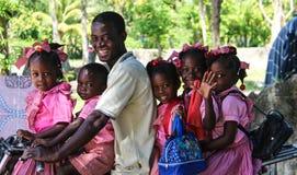Familj av sex på en sparkcykel i lantliga Robillard, Haiti Arkivfoto