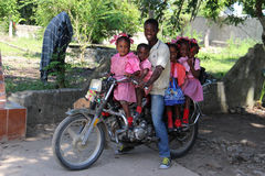 Familj av sex på en sparkcykel i lantliga Robillard, Haiti Royaltyfria Bilder