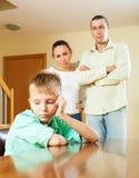 Familj av tre med tonåringen som har konflikt Arkivfoton