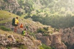 Familj av tre på bergen Arkivbilder