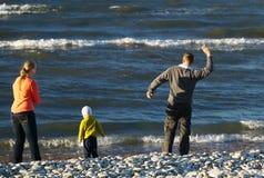 Familj av tre på Pebble Beach Royaltyfri Fotografi