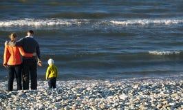 Familj av tre på Pebble Beach Royaltyfri Foto
