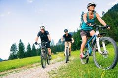 Familj av tre som cyklar Royaltyfri Fotografi