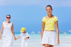 Familj av tre som går på stranden Royaltyfri Fotografi