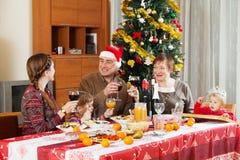 Familj av tre utvecklingar runt om den festliga tabellen Arkivbilder
