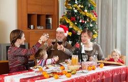 Familj av tre utvecklingar som firar nytt år Royaltyfri Fotografi