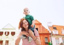 Familj av turister i Cesky Krumlov, Tjeckien, Europa royaltyfria bilder