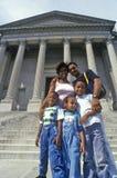Familj av turister på momenten av Benjamin Franklin Institute, Philadelphia, PA Arkivfoto