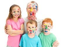 Familj av ungar och farsan med smutsiga målade framsidor fotografering för bildbyråer