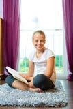 Familj - barn eller tonåring som läser en bok royaltyfri bild