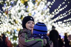 Familj, barndom, säsong och folkbegrepp - som är lyckligt i vinter c Arkivfoton