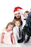 Familj bredvid julgranen Arkivbild