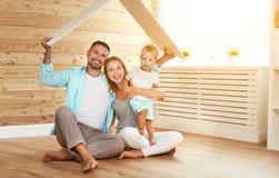 Familj för begreppshusbarn Moderfader och barn i nytt ho Royaltyfri Fotografi