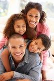 Familj för blandat lopp hemma arkivbilder