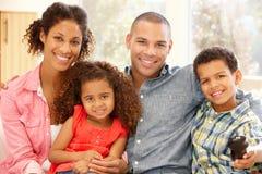 Familj för blandat lopp hemma royaltyfria bilder