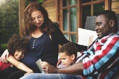 Familj för blandat lopp som har gyckel tillsammans arkivfoto
