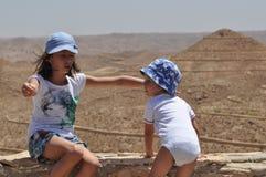 Familj för en gå i Tunisien Barn playandgyckel _ Arkivfoto