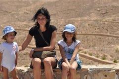 Familj för en gå i Tunisien Fostra och barn Gå och gyckel Arkivbilder