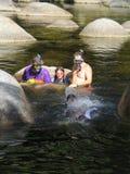 familj för expedition som 2 snorkelling Fotografering för Bildbyråer