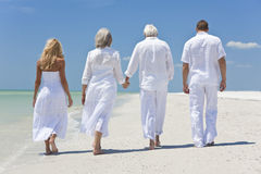 Familj för folkpensionärutvecklingar som går på strand Arkivbilder