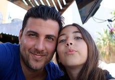 Familj för lycka för stående för lyckliga framsidor för fader och för dotter ursnygg royaltyfria bilder