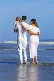 Familj för mankvinnabarn som går på stranden Royaltyfria Bilder