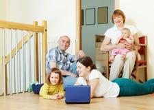 Familj för tre utvecklingar hemma Royaltyfri Foto