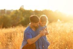 familj Fadern och dottern går på royaltyfri fotografi