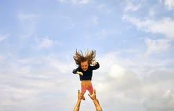 Familj, faderskap och föräldraskapbegrepp - det lyckliga le barnet avlar med lite behandla som ett barn över blå himmel arkivfoto