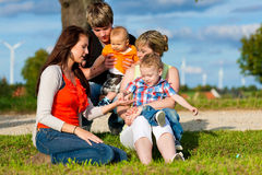Familj - farmor, moder, fader och barn Arkivfoton