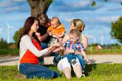 Familj - farmor, moder, fader och barn Fotografering för Bildbyråer