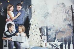 Familj, farsa, mamma och ungar som är lyckliga med härliga leenden att fira jul Royaltyfri Foto
