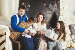 Familj, farsa, mamma och ungar som är lyckliga med härliga leenden att fira jul Arkivfoton