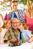 Familj, fira, barn, födelsedagparti och folk royaltyfria foton
