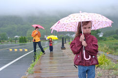 Familj under regna fotografering för bildbyråer
