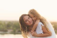 familj Fostra och dottern piggyback arkivbild