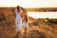familj Fostra och dottern Vid floden royaltyfria foton