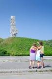 Familj framme av den Westerplatte monumentet Royaltyfri Foto