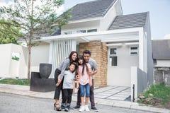 Familj framme av deras nya hus arkivfoton