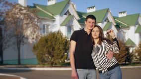 Familj framme av det nya huset med tangenterna arkivfilmer