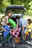 Familj framme av en bil royaltyfria foton