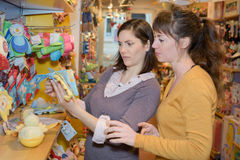 Familj fyra shoppar in med leksaker Royaltyfri Bild