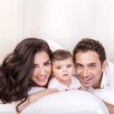 Familj hemma arkivfoto