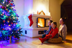 Familj hemma på julhelgdagsafton Arkivfoto