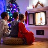 Familj hemma på julhelgdagsafton Arkivbilder