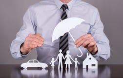 Familj-, hus- och bilförsäkringbegrepp arkivfoto