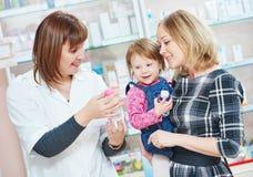 Familj i apotek fotografering för bildbyråer