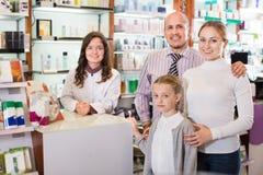 Familj i apoteket royaltyfria foton