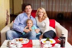 Familj i cafe royaltyfri fotografi